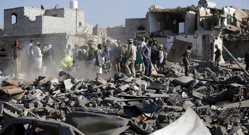 Civil defence workers and people search for survivors under the rubble of houses destroyed by an air strike near Sanaa Airport March 26, 2015. Saudi Arabia and Gulf region allies launched military operations including air strikes in Yemen on Thursday, officials said, to counter Iran-allied forces besieging the southern city of Aden where the U.S.-backed Yemeni president had taken refuge.  REUTERS/Khaled Abdullah - RTR4UXDR